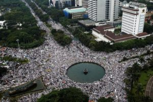 100,000 Muslims call to hang Jakarta's Christian governor for blasphemy