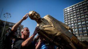 'Golden' statue of Netanyahu toppled in Tel Aviv plaza