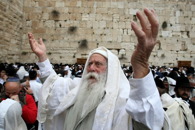 70,000 attend Priestly Blessing at Western Wall